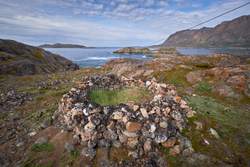 Inuit grave on Tele-Island near Sisimiut summer hiking city tour history - Guide to Greenland
