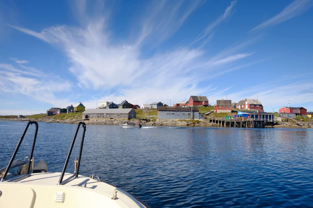 Approaching the settlement of Napasoq on the boat tour shuttle between Maniitsoq and Nuuk - Guide to Greenland