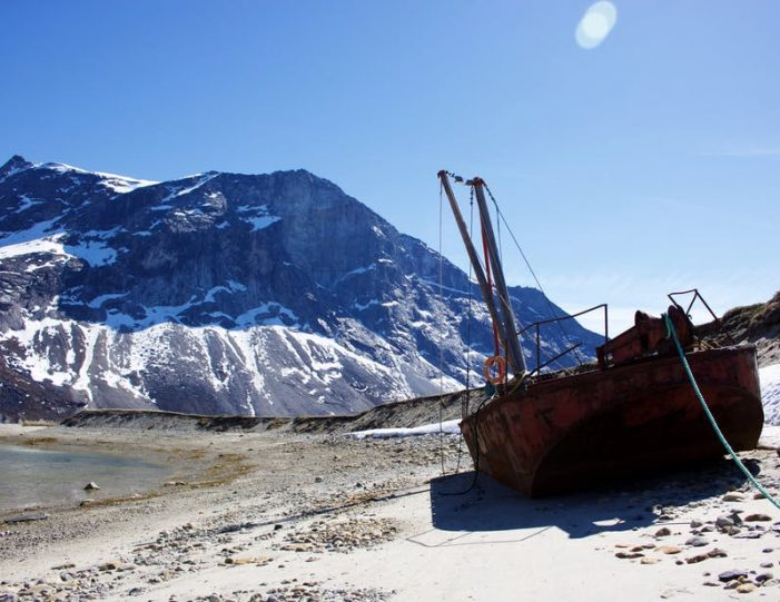 beach-in-qooqqut-nuan-boat-tour-to-nuuk-fjord-guide-to-greenland-15