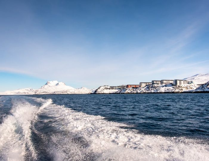 nuuk-and-sermitsiaq-from-behind-the-boat-coming-back-to-harbour-on-a-nuuk-fjord-tour - Guide to Greenland
